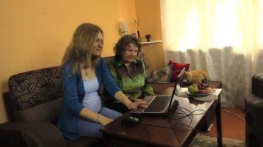 Büyükanne seyretmek torunu fare bilgisayar ve çalışma kullanır — Stok video