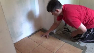 Tiler man lay floor tiles. Right side sliding — Stock Video