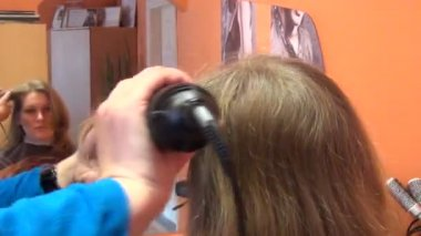 Woman face in mirror and hairdresser hands make hair dress — Stock Video