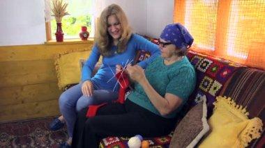 Grandma knit sock talk with pregnant granddaughter in room — Stock Video