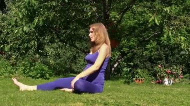 Pregnant woman yoga exercise during pregnancy outdoor at park — Stockvideo