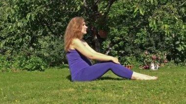 Zwangere vrouw doen yoga sport oefening tijdens de zwangerschap in de natuur — Stockvideo