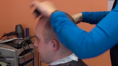 Hairdresser cut client man hair with scissors — Stock Video