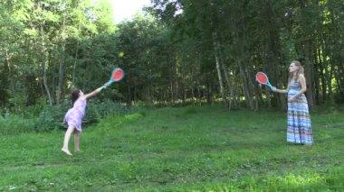 Etkin hamile kadın kızla oynamak badminton oyun parkı — Stok video