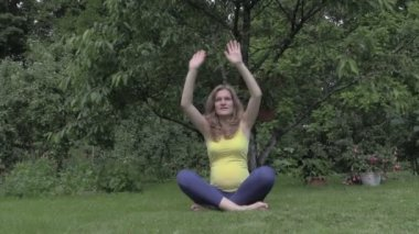 Healthy pregnant woman relax doing yoga in nature outdoors — Stockvideo