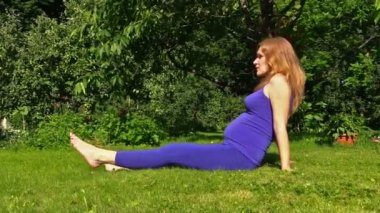 Pregnant woman yoga exercise during pregnancy outdoor at garden — Vídeo Stock