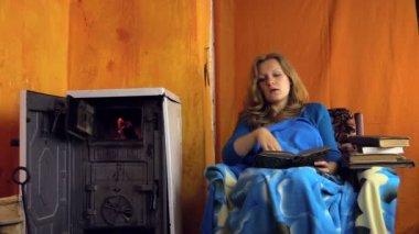 Chica estudiante cansada mujer caer dormido estudiando junto a la estufa rural — Vídeo de stock
