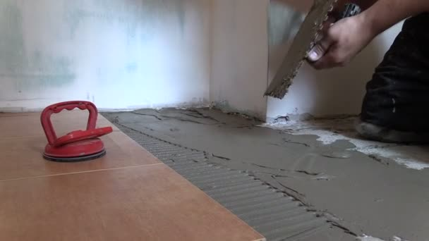 Mano de trabajador es difundir material adhesivo. Derecha deslizante — Vídeo de stock