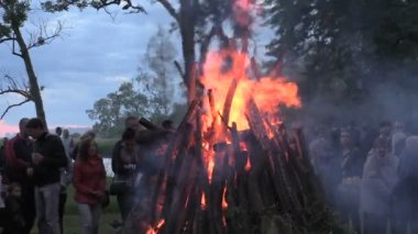 Close up of burn fire top, smoldering log spark fire and people — Stock Video