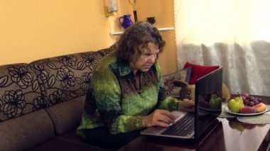 Grandma slowly push button on laptop, learn use new technologies — Stock Video