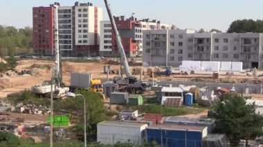 Workers building flat apartment house with crane — Wideo stockowe