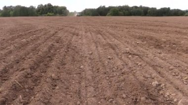 Soil and tractor spread fertilizer on field. Planting sow crops — Stock Video