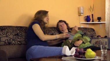 Granny mäta blodtrycket på framknä, Kvinna ta vatten — Stockvideo