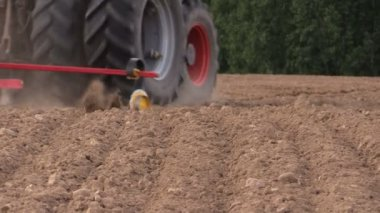 Soil and tractor fertilizing field. Heavy agricultural machinery — Stock Video
