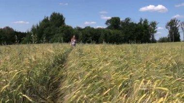 Beautiful pregnant woman walk through ripe rye field in summer — Stock Video