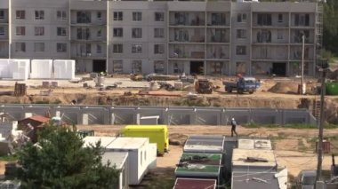 Construction site work. Workers and cranes. — Stock Video