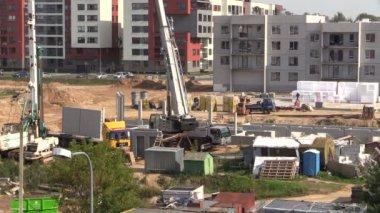 Crane unloading flat apartment block — Stock Video