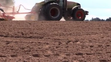 Tractor working in field. Time of sow. Planting crops. — Stock Video