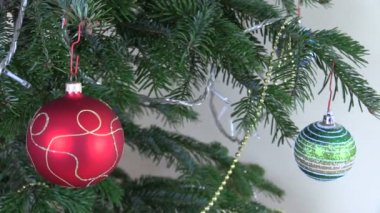 Christmas tree ball toys and decorations and blink white garland — Stock Video