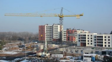 Crane lift block. Flat house apartment construction site works — 图库视频影像