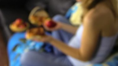Focus change pregnant woman hand hold apple and bun — Stock Video