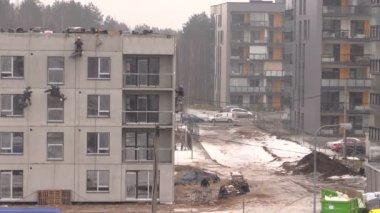 Pracovník vysoké horolezec izolovat dům zdi společné visí na laně — Stock video