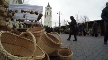 Wicker handmade baskets sold in market and people — Stock Video