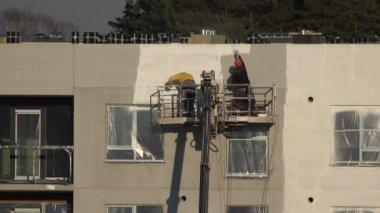 Maler Sprühen Appartementhaus Wand in weiß. 4k — Stockvideo