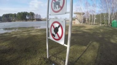 Prohibiting signs near lake. No dogs no alcohol no litter. 4K — Stock Video