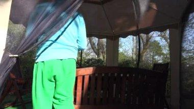 Florist man dap tulip flowers on arbor table in spring. 4K — Stock Video