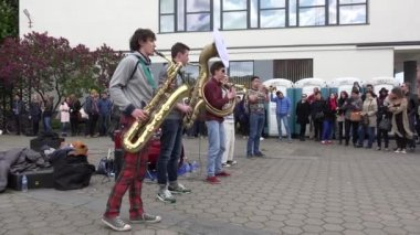 Burger mensen geniet van blaasinstrument band prestaties. 4k — Stockvideo