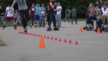 Пластиковый ролик фигурист человек в одно колесо слалом конкуренции. 4k — Стоковое видео