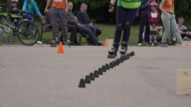 Rollerskater girl in one foot slalom competition. 4K — Stock Video