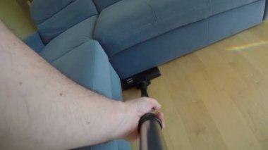 Ręce człowieka z narzędzie odkurzacz ssać kurzu na drewnianej podłodze. 4k — Wideo stockowe