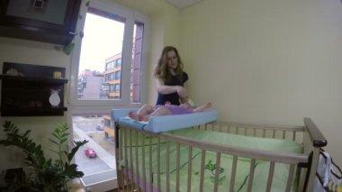 幸せな母はブラシと櫛ブラシ新生児女の子の髪 — ストックビデオ