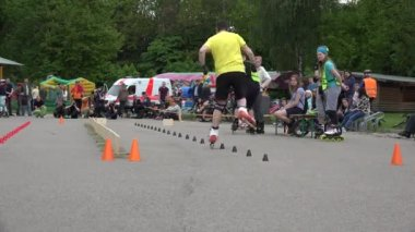 Rollerskater man in onefoot slalom competition. 4K — Stock Video