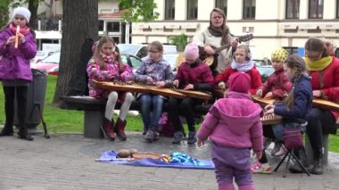 Children play with zither Lithuanian plucked string instrument — Stock Video