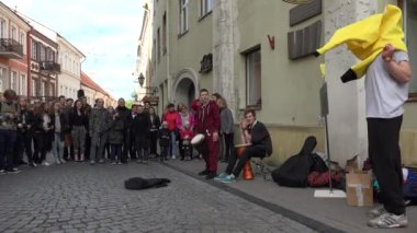 Young boys comedy show with colorful costumes on street — Stock Video
