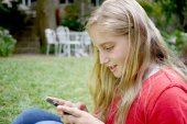 Young teenage girl using her cellphone — Stock Photo