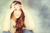 Krásná mladá žena s bolestmi hlavy — Stock fotografie