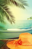 Straw hat on the beach. Vacation concept background. — Stock Photo