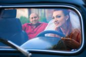 Bride and groom in a retro car — Stockfoto