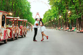 Bride and groom posing in amusement park — Stockfoto