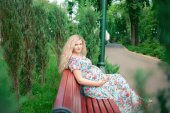 Pregnant woman in the park — Stock Photo
