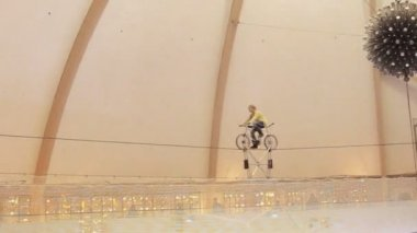 Balancing on the rope with bike. — Stock Video