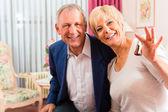 Senior pareja en habitación de hotel — Foto de Stock