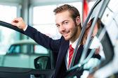 Concesionario de auto en concesionario — Foto de Stock