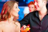 Молодая пара в бар — Стоковое фото