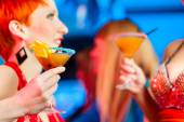 People in club or bar drinking cocktails — Stock Photo