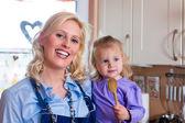 Rodzina - matka i dziecko do pieczenia pizzy — Zdjęcie stockowe